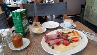 Bergbauern Fruhstuck Im Cafe Nympenburg Sekt In Munchen Gastro
